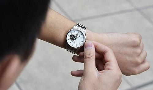 đồng hồ chạy chậm