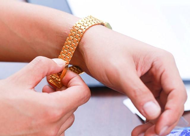 không nên đeo đồng hồ quá chặt