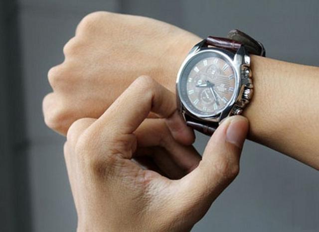 Đồng hồ cơ hoạt động không chính xác