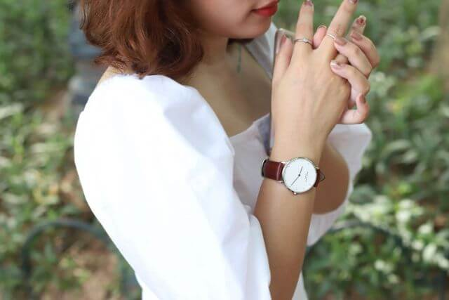 Lý do phụ nữ hay đeo đồng hồ quay mặt vào trong là gì?